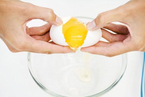 Lòng trắng trứng gà giúp trị mụn trứng cá ung