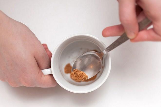Chuẩn bị hạt nhục đậu khấu, nghiền nát trong cốc