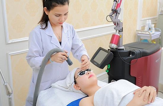 Chuyên gia khuyên nên điều trị mụn bằng Laser công nghệ cao