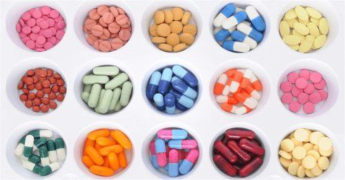 Uống thuốc kháng sinh trị mụn trứng cá