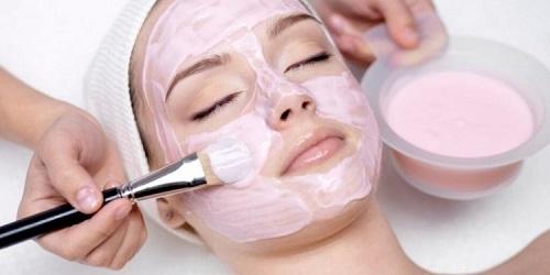 Đắp mặt nạ để cung cấp dưỡng chất cho da