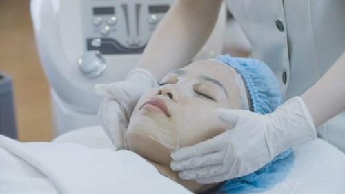 Quy trình trị mụn Acne Remove: đắp mặt nạ