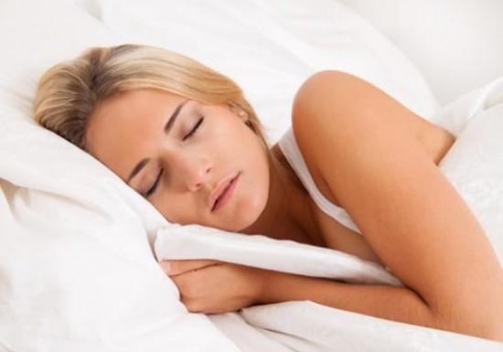 Ngủ đủ giấc để ngăn ngừa mụn xuất hiện