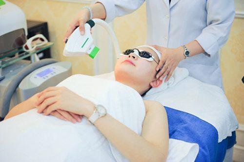 Bác sĩ chiếu ánh sáng Laser phục hồi tế bào da