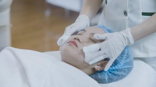 Quy trình trị mụn Acne Remove: Làm sạch da mặt