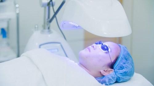 Quy trình trị mụn Acne Remove: chiếu ánh sáng